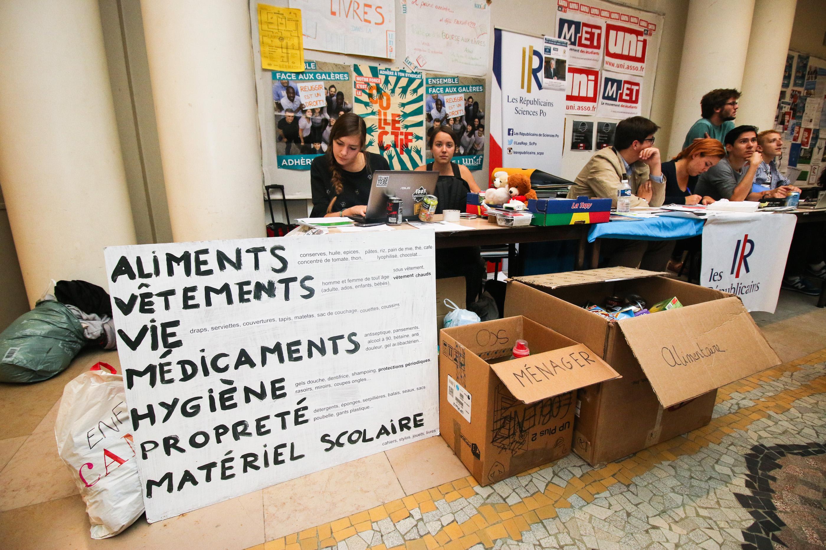 Carton plein pour la collecte au profit des réfugiés